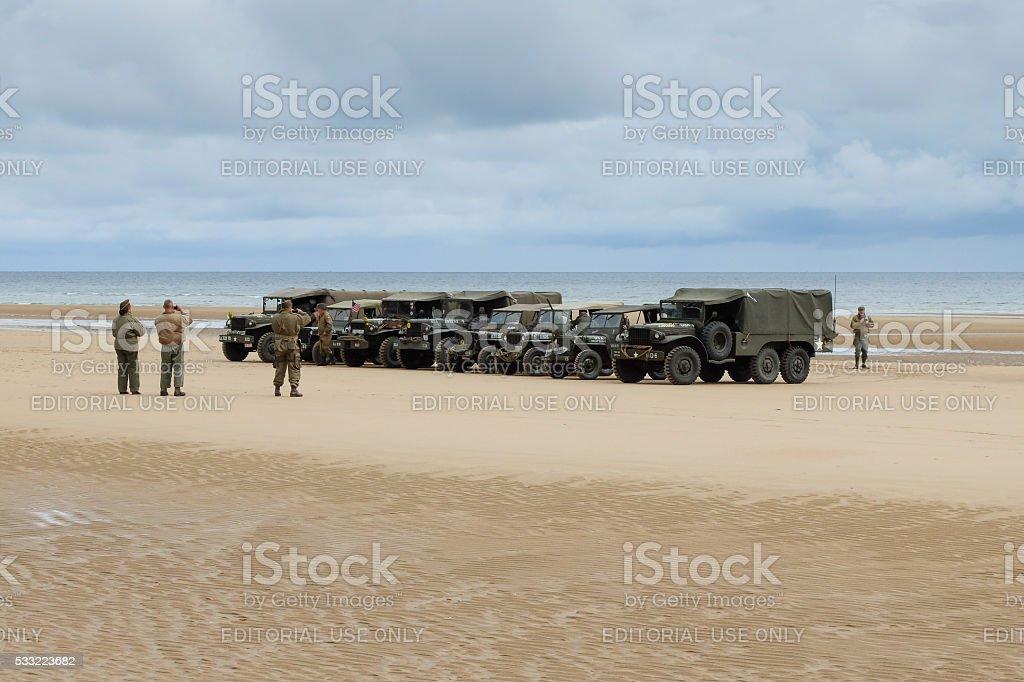 Militär Fahrzeuge In Omaha Strand Für Dday Jubiläum Swissmint Stock