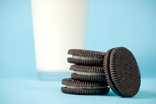 Leite & Cookies em azul - foto de acervo