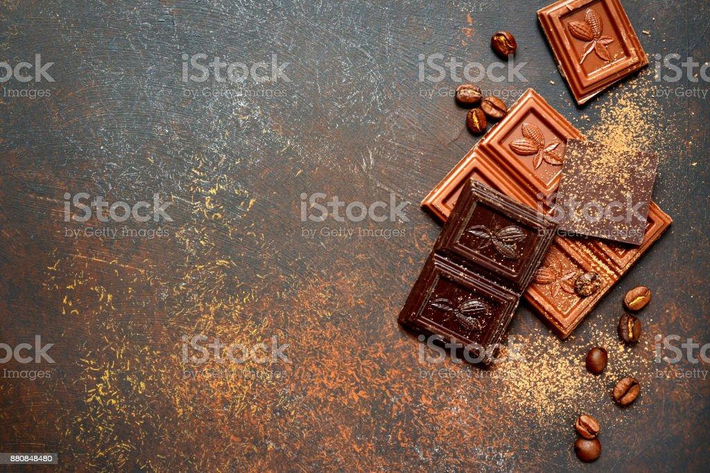Milch und Bitterschokolade mit Kakao und Gewürzen – Foto