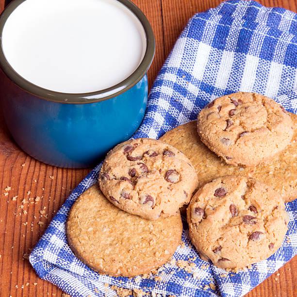 milch und kekse - marinekuchen stock-fotos und bilder