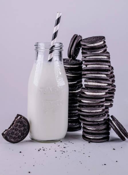 Leite e biscoitos - foto de acervo