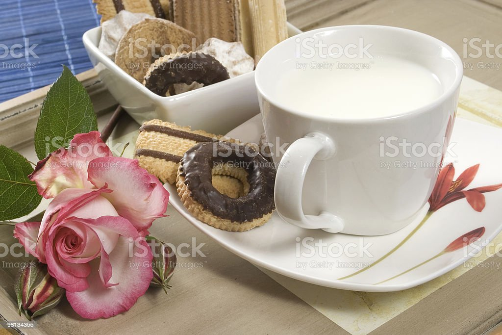 Latte e biscotti foto stock royalty-free