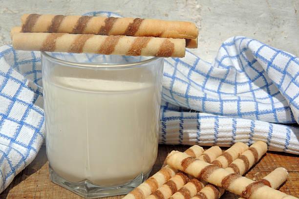 milk and waffle rolls on wooden board - crock pot süßigkeiten stock-fotos und bilder