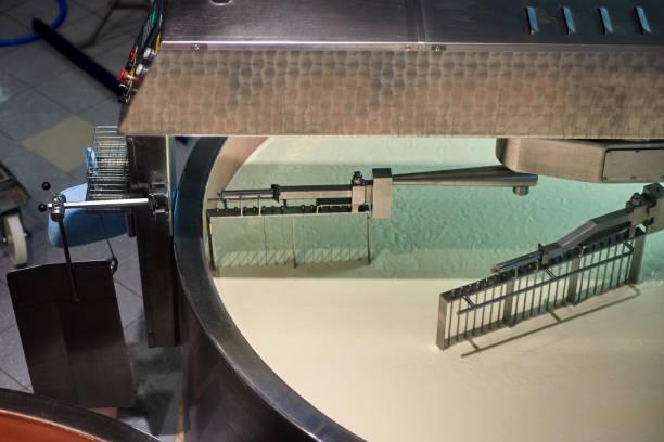 milch zu rühren topf, käseherstellung - quarkspeise stock-fotos und bilder