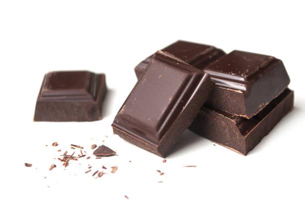 melk chocolade blokken op witte achtergrond - pure chocola stockfoto's en -beelden