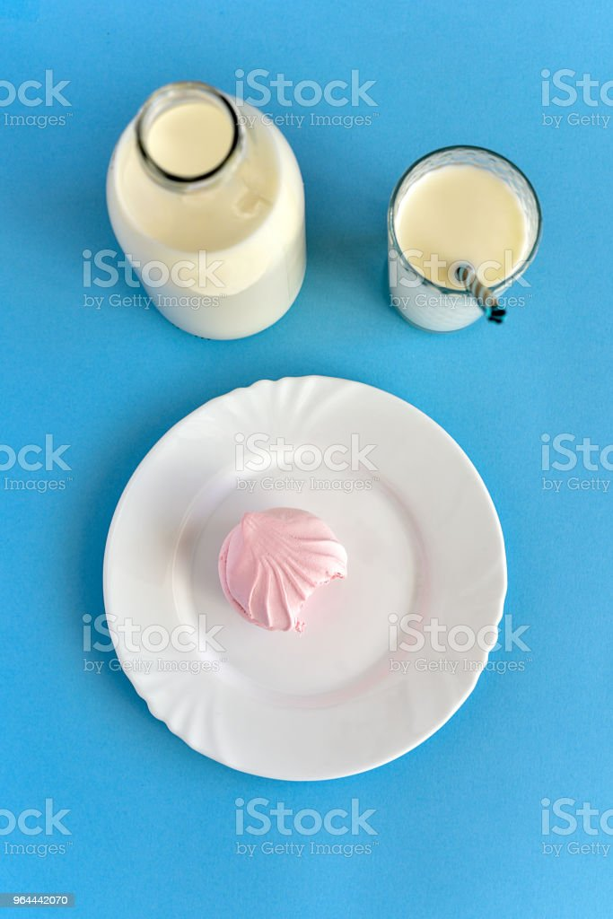 Milk in  glass bottle and in  glass and pink marshmallows - Royalty-free Blue Stock Photo