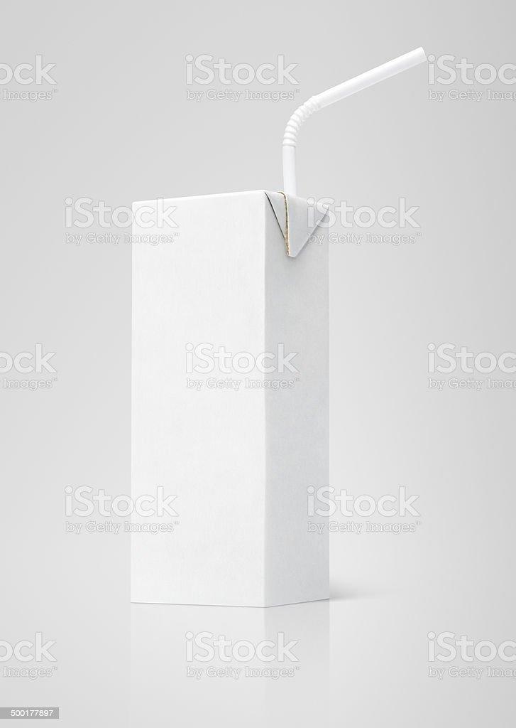 Embalagem cartonada de leite ou suco branco packag com canudo - foto de acervo
