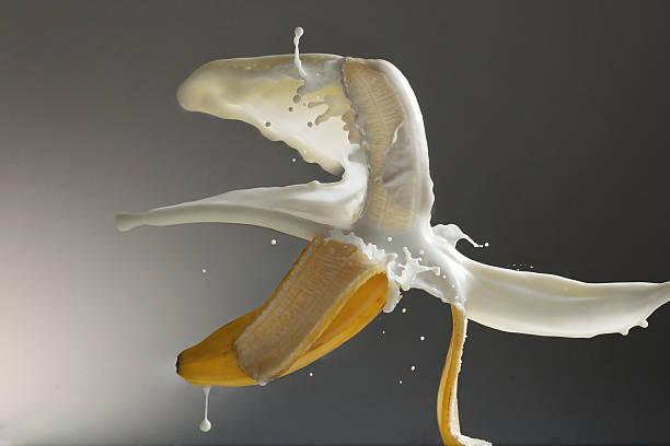 Milch baden auf Banane – Foto