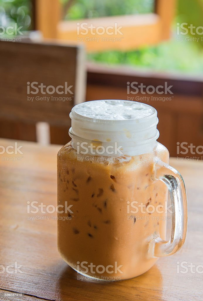 Leche té con hielo en copa mango sobre una mesa de madera. foto de stock libre de derechos