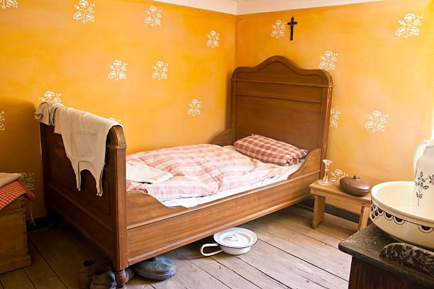 milkmaids schlafzimmer - bauernhaus bett stock-fotos und bilder