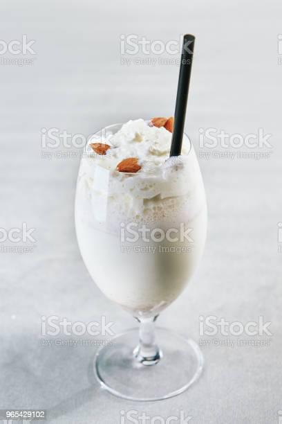 Milkshake Na Szarym Tle - zdjęcia stockowe i więcej obrazów Bita śmietana