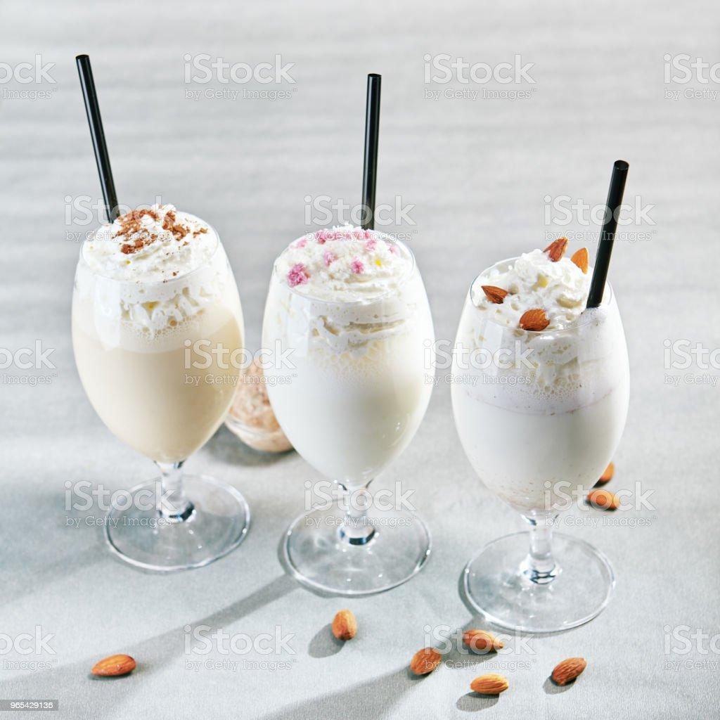 Milkshake sur fond gris - Photo de Aliment libre de droits