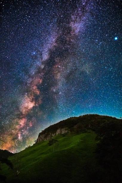 山の上の天の川 - 七夕の写真 ストックフォトと画像