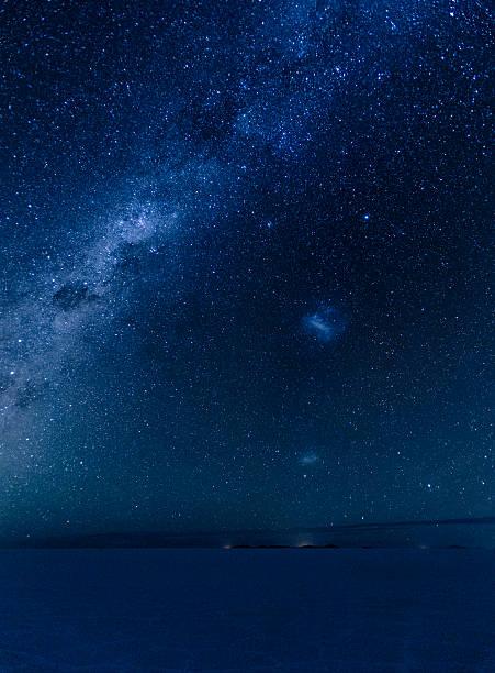 天の川 とマゼランワシ雲にで ウユニ ボリビアます。 - 七夕の写真 ストックフォトと画像