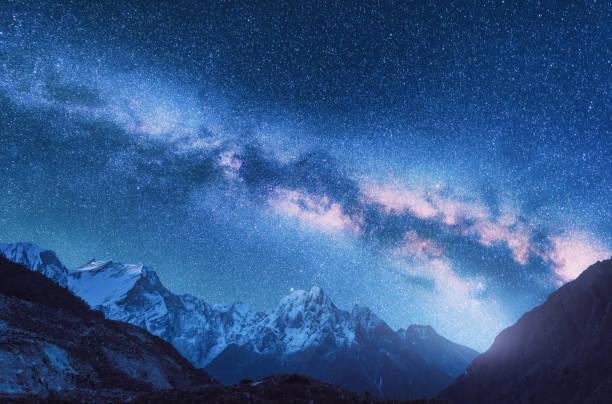 Milchstraße und die Berge. Raum. Fantastische Aussicht mit Bergen und Sternenhimmel in der Nacht in Nepal. Bergtal und Sternenhimmel. Schöne Himalaya. Nacht-Landschaft mit hellen Milchstraße. Galaxy – Foto