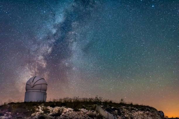 アンタルヤ saklıkent tubitak 天文台から夜の天の川 - 観測所 ストックフォトと画像