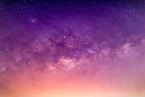 galassia via lattea con stelle e polvere spaziale nell'universo - cielo stellato foto e immagini stock