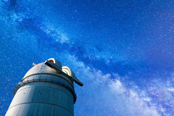 天の川風景と展望台 - 観測所 ストックフォトと画像