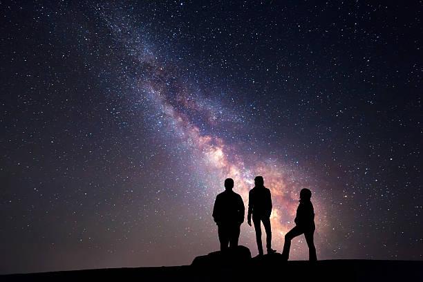 la voie lactée. nuit ciel et silhouette de famille - astronomie photos et images de collection
