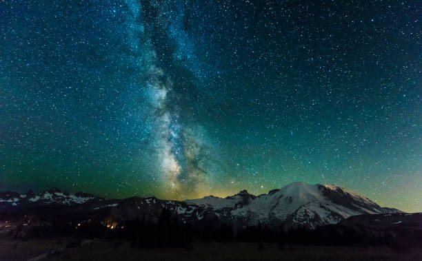 Milky Way over Mt Rainier - foto stock
