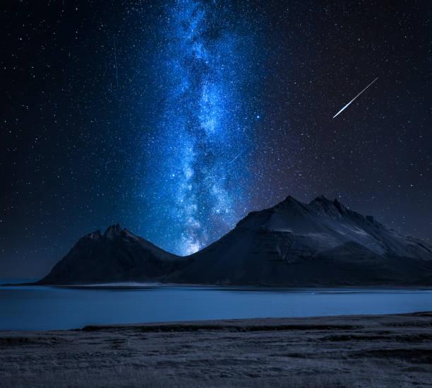 Milchstraße über die Berge am Meer, Island – Foto