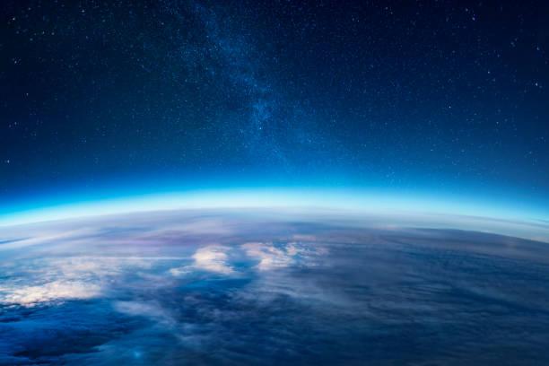 maneira leitosa que levanta-se sobre o horizonte da terra - espaço para texto - fotografias e filmes do acervo