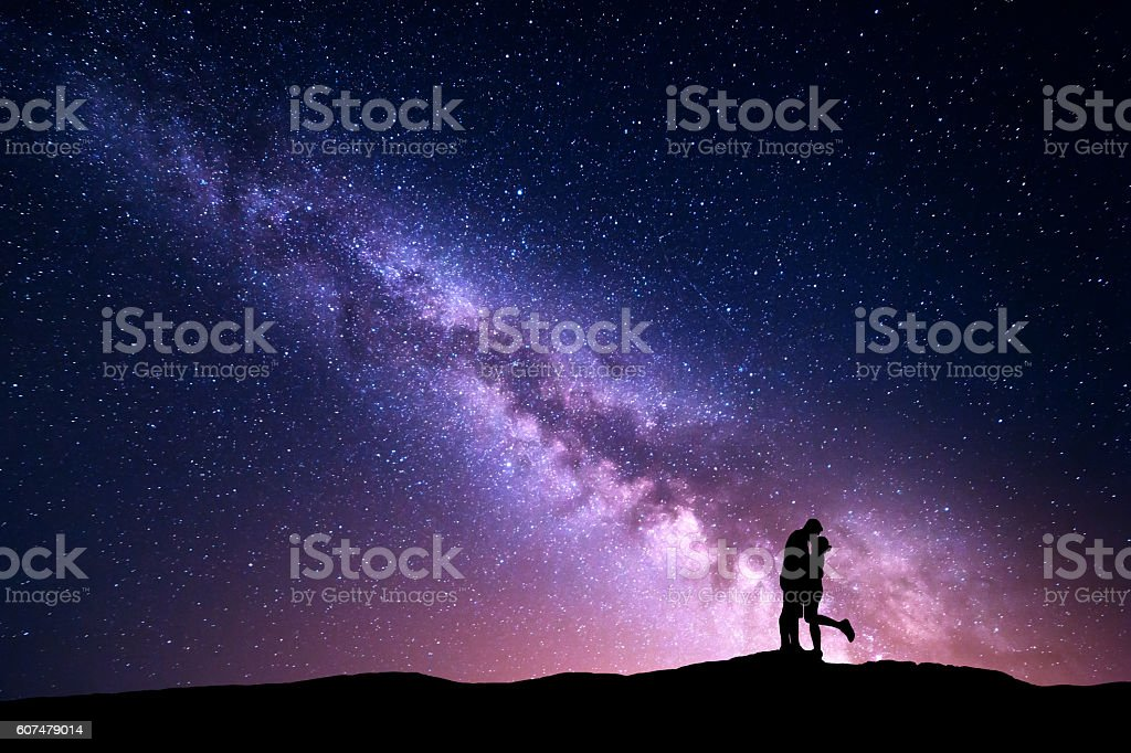 Milky Way. Silhouettes of hugging and kissing man and woman – Foto
