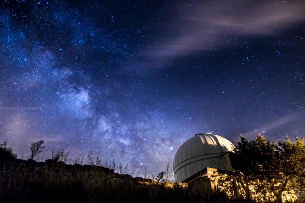 フォレスト天体写真の夜の天の川 - 観測所 ストックフォトと画像