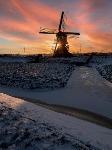 Nederlandse watermolen vroeg op een koude winterdag