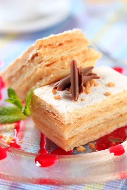 mille-feuille-gebäck - apfel marzipan kuchen stock-fotos und bilder