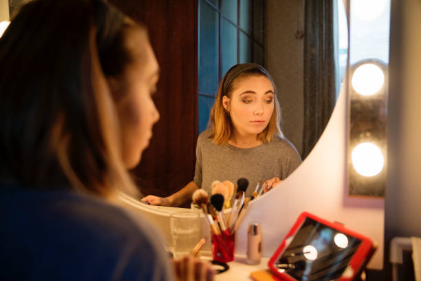 Millenial Frau beim Make-up nach einem Tutorial. – Foto