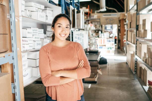 millenialls en un negocio - suministros escolares fotografías e imágenes de stock