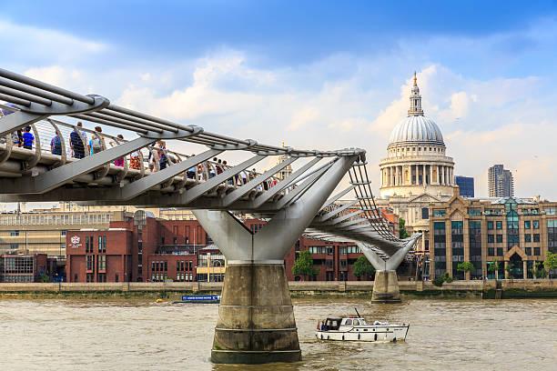 Millenium Bridge near St.Paul Cathedral. – Foto