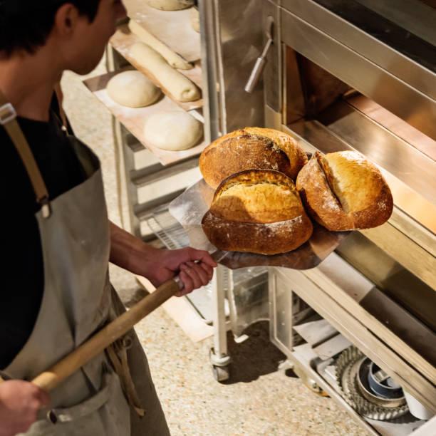 Tausendjährige Assistent Brotbackautomat im morgendlichen Routine. – Foto