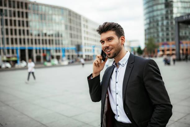 Millennial Geschäftsmann mit Telefon für Geschäftsplanungen – Foto