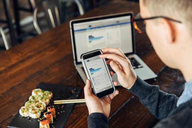 Jahrelang Check Finanzen auf Smart Phone – Foto
