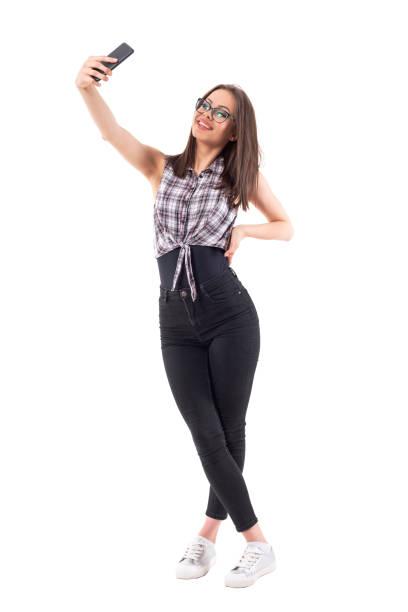 duizendjarige vrouwelijke stijlvolle hipster meisje glimlachend en poseren voor selfie te nemen. - selfie girl stockfoto's en -beelden