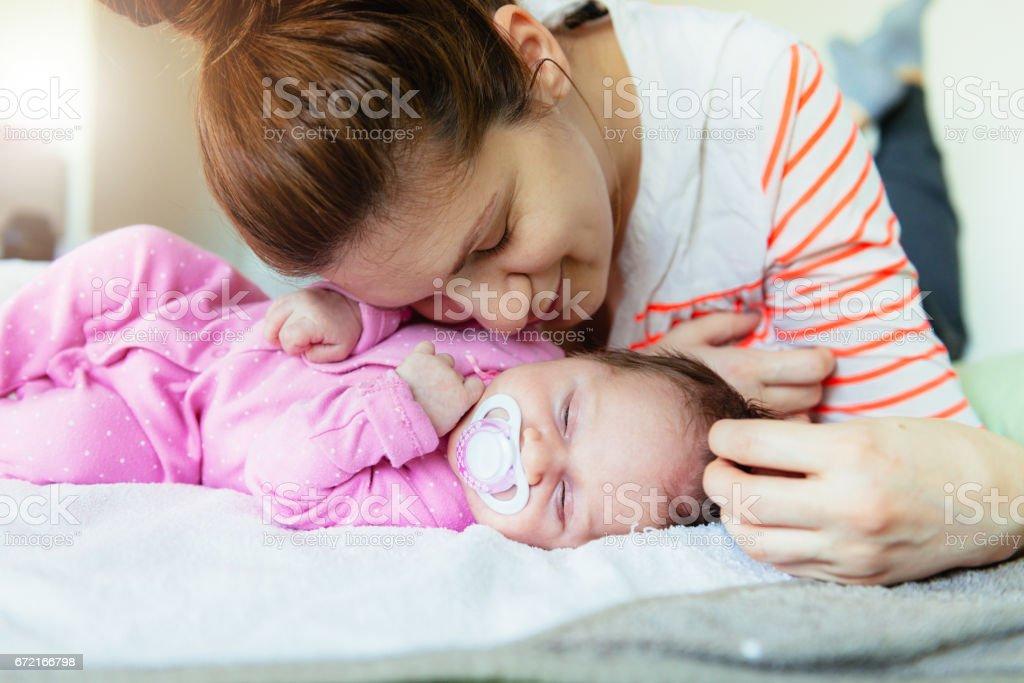 Millenniumsgeneration Mutter - entzückende Baby und Mutter im Bett Lizenzfreies stock-foto