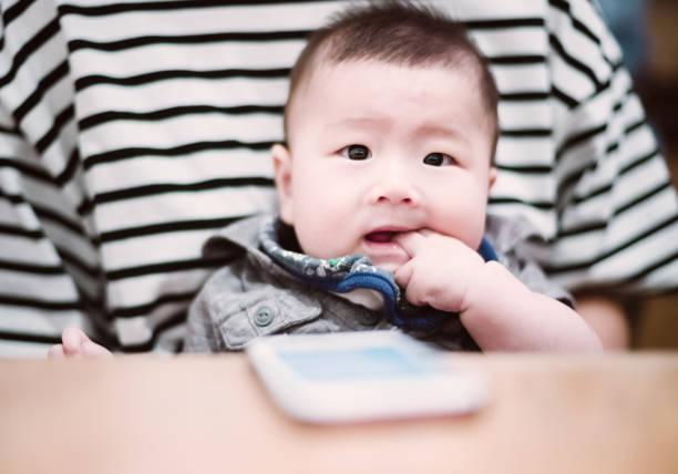 ミレニアル世代の日本人の母と新生児 ストックフォト