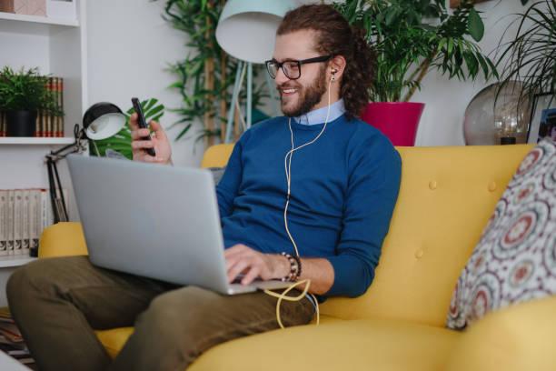 Millennial Mann Video chattet mit Freund – Foto
