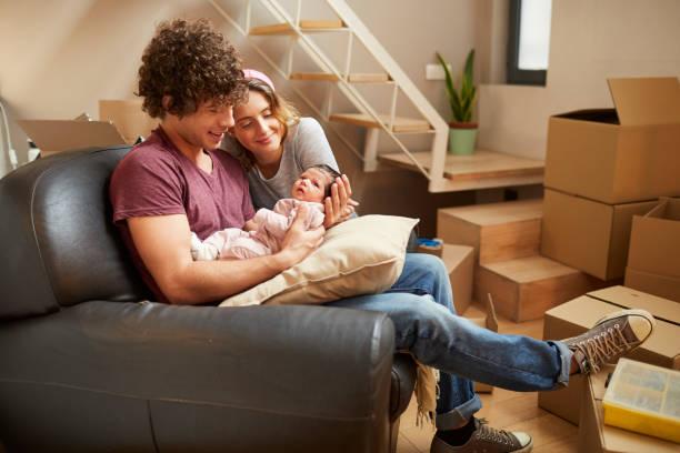 parents millénaires - nouveau foyer photos et images de collection