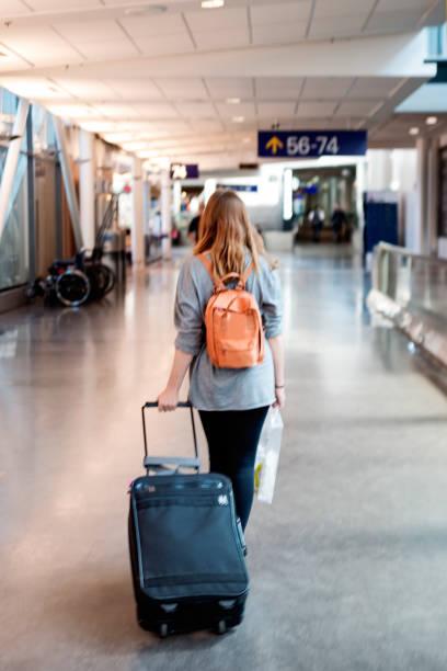 Tausendjährige Frau im Flughafen reisen. – Foto