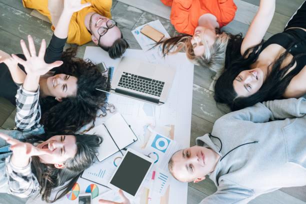 la vida corporativa de los Millennials diversión relajante - foto de stock