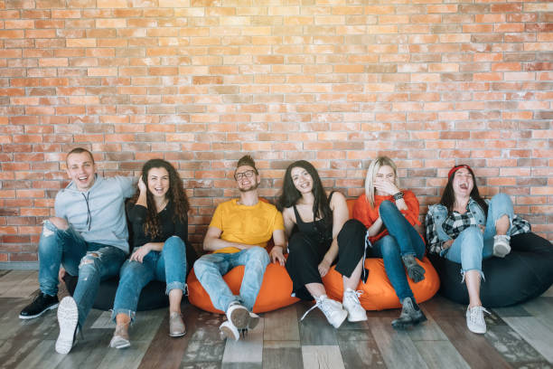 millennials istirahat salon bölgesi eğlenceli takılmak - y jenerasyonu stok fotoğraflar ve resimler