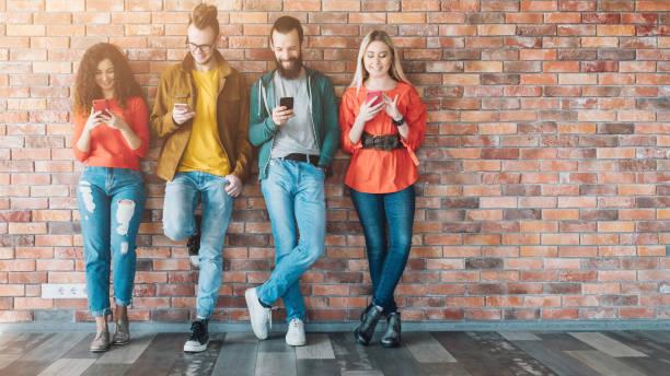 generación adicta a los medios sociales Millennials - foto de stock