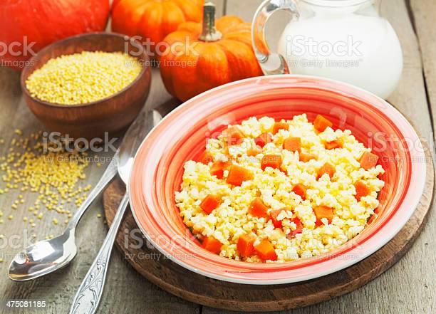 Mijo Gachas De Avena Con Calabaza Foto de stock y más banco de imágenes de Alimento