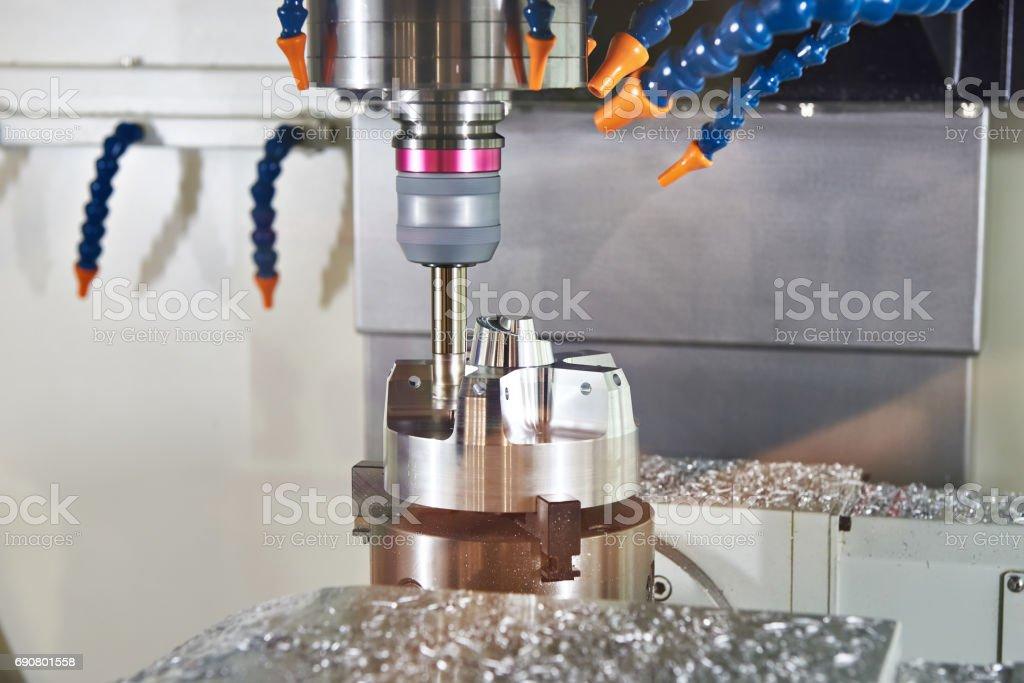 Fräsmaschine mit Rohre zur Kühlung Teil Lizenzfreies stock-foto