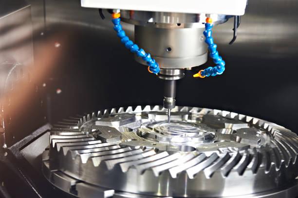 freesmachine met buizen voor koeling - cnc machine stockfoto's en -beelden