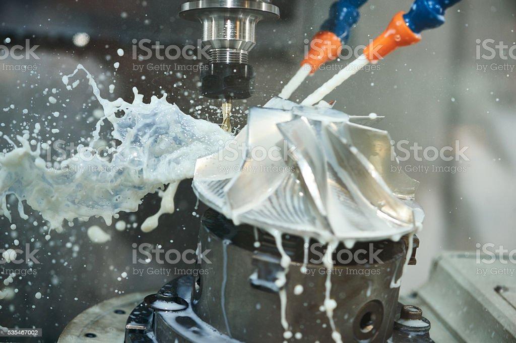 """Fraisage ferronnerie processus. CNC """"usinage métal par moulin verticales photo libre de droits"""