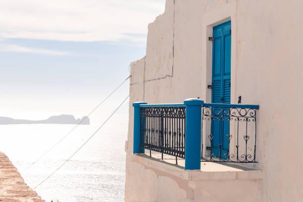 Milos, Griechenland Plaka Dorfblick auf das Meer bei sonnigem Wetter – Foto